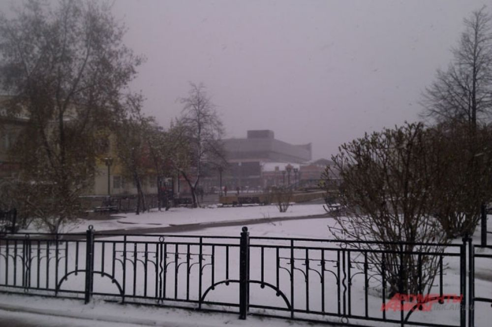 Здания едва видны в непогоду.