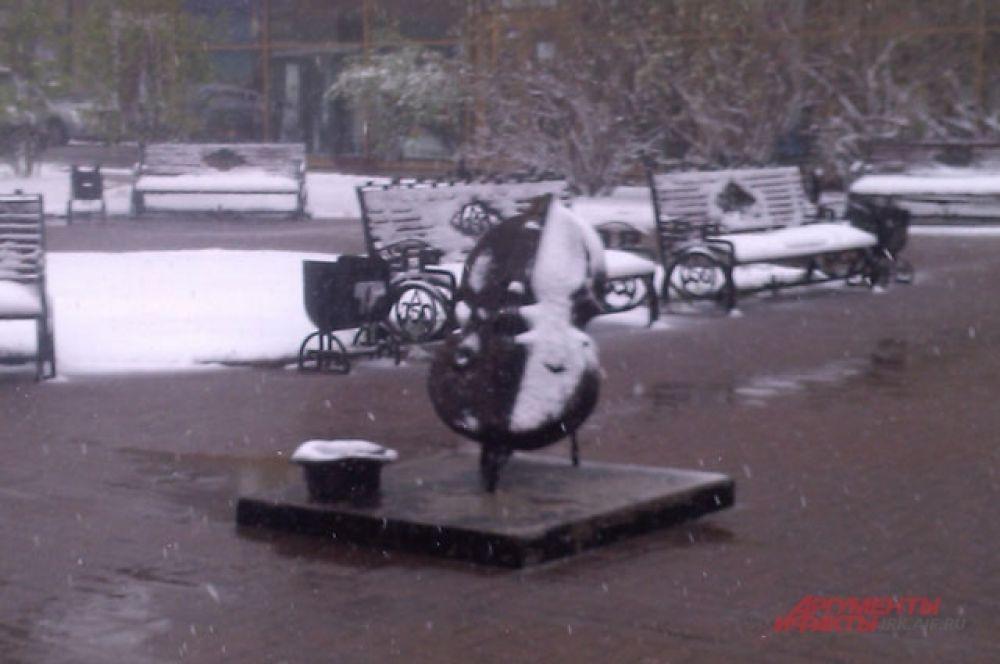 У виолончели новый снежный дизайн.