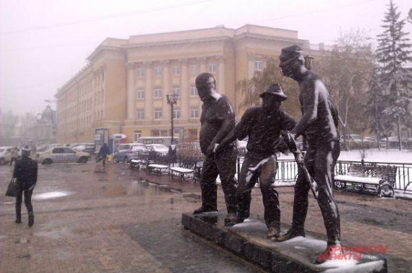 Кажется, что и любимые герои из комедии Леонида Гайдая тоже замерзли.