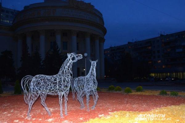 Светящиеся лошади рядом у Дома профсоюзов появились в рамках программы по благоустройству Волгограда.