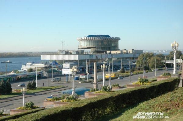 Длина здания Волгоградского речного вокзала — 296 метров, что почти равняется длине Красной площади.