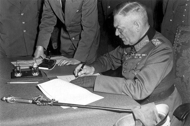 Генерал-фельдмаршал Вильгельм Кейтель подписывает акт о безоговорочной капитуляции германского вермахта в штабе 5-й ударной армии в Карлсхорсте, Берлин. 8 мая 1945 года.