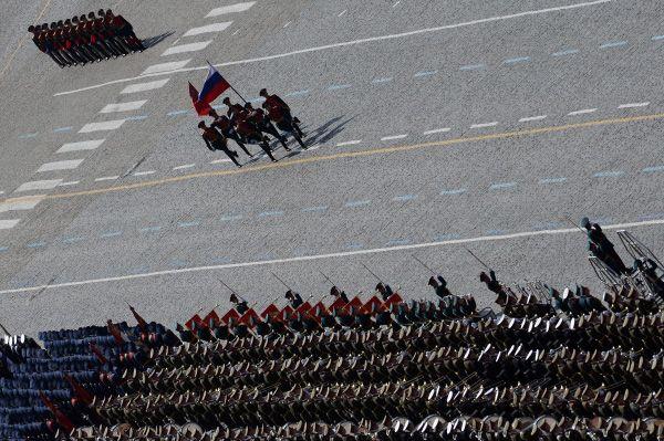 Также известно об участии в параде подразделений спецназа, бойцы которого будут вооружены бесшумными автоатами «Вал» и снайперскими винтовками.