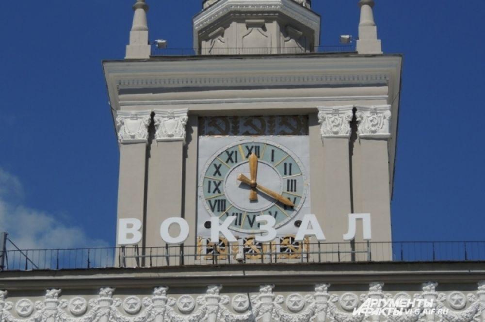 Часовой механизм на башне был восстановлен и стрелки вновь пошли вперед.
