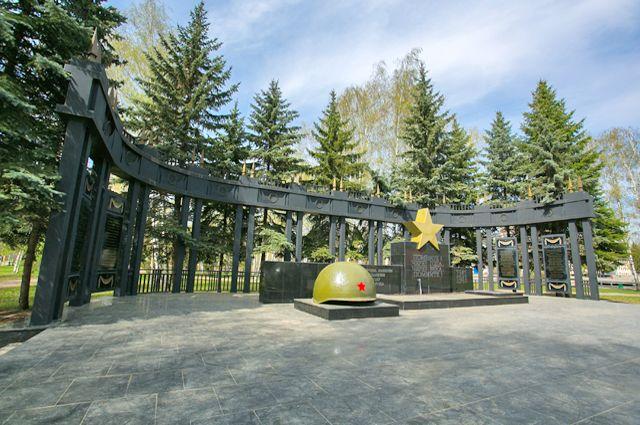 На памятнике в парке Урицкого в Казани высечены имена моторостроителей, пропавших без вести в годы Великой Отечественной войны