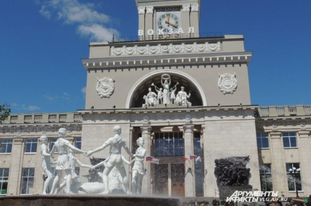 В день открытия обновленного вокзала заработал и фонтан «Хоровод» на Привокзальной площади.