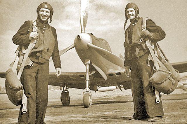 И.Грудаков и Н.Диденко перед вылетом на задание,  1943 год