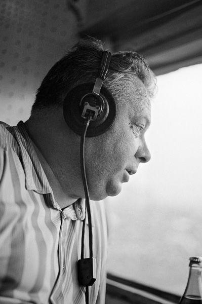 В советское время большой популярностью пользовался спортивный комментатор Николай Озеров. Он вёл для радио репортажи с пятнадцати Олимпийских игр, тридцати чемпионатов мира по хоккею и восьми чемпионатов мира по футболу. В 51 год Озеров получил звание народный артист РСФСР и завершил карьеру лишь в конце 80-х в возрасте 66 лет.