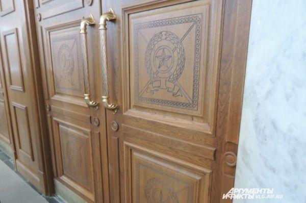 Вокзальные двери больше не железные, а деревянные и украшены вот такой резьбой.