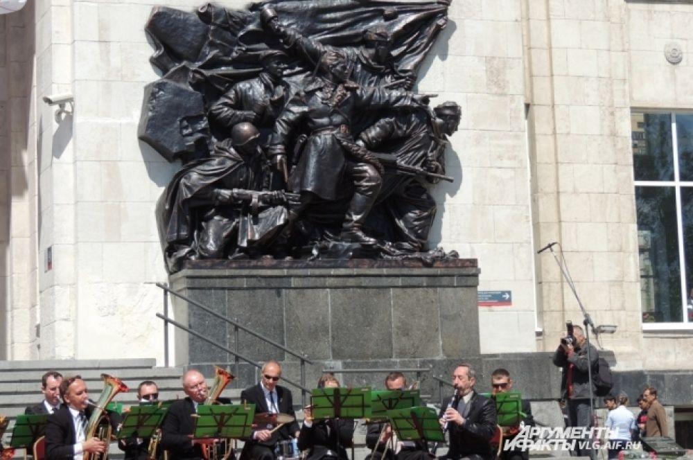 На открытие вокзала играл Волжский симфонический оркестр.