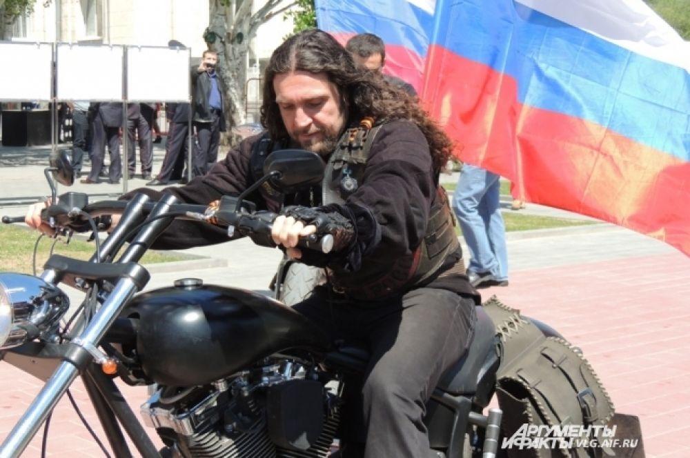 Почтить память погибших прибыл и лидер клуба «Ночные волки» Александр (Хирург) Залдастанов.