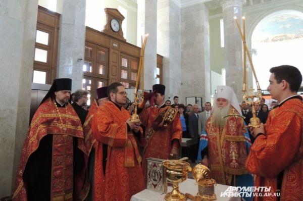 Прямо в вестибюле здания вокзала митрополит Волгоградский и Камышинский Герман отслужил панихиду по погибшим.