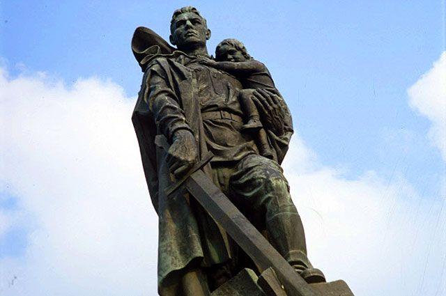 «Воин-освободитель» — монумент в берлинском Трептов-парке.