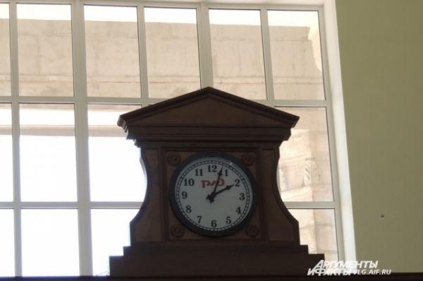 На выходе из вокзала установлены механические часы. Раньше их не было, но, как говорят реконструкторы, они были предусмотрены проектом строительства вокзала от 1953 года.
