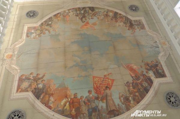 На потолке зала ожидания были восстановлены фрески.