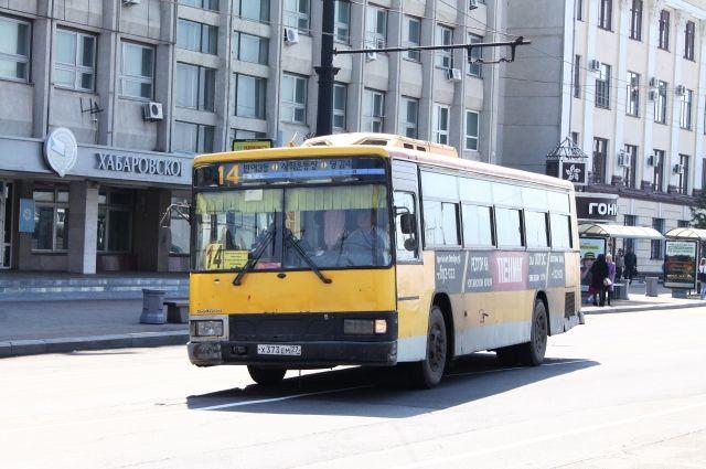 Автобус на одной из центральных улиц Хабаровска