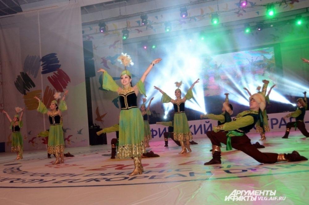 Гала-концерт прошел на нескольких сценических площадках.