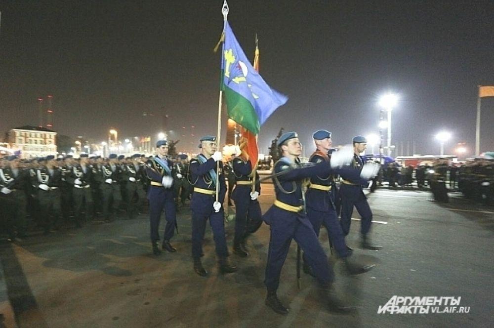 Торжественным маршем военные прошли вдоль трибун.
