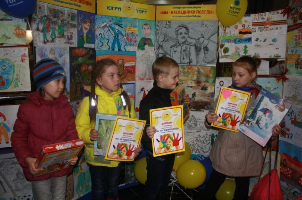 Авторам рисунков вручили памятные подарки и именные дипломы.