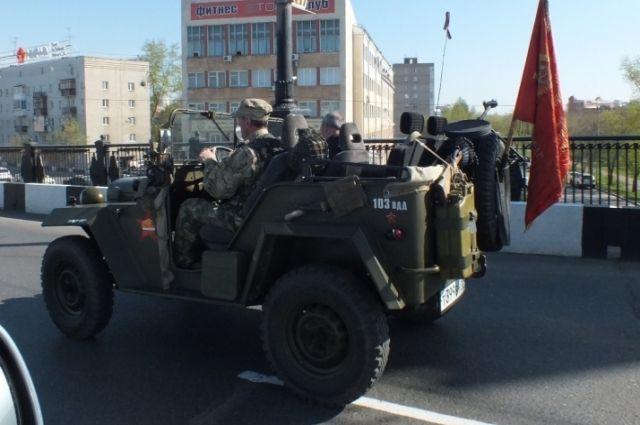 По улицам Омска проехали ретро-автомобили времён войны.