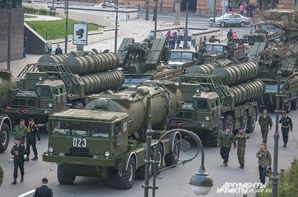 Замыкала шествие военная техника.