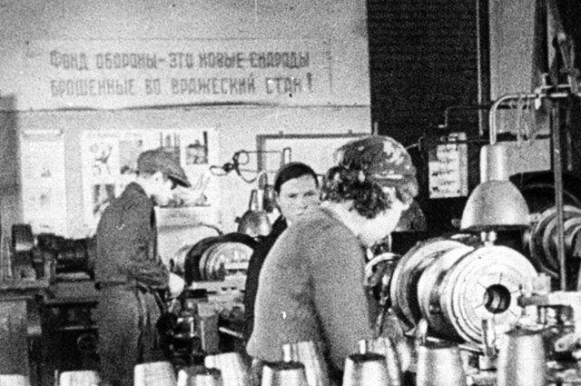 В основном на заводах в военное время трудились дети и женщины.