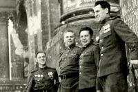 Леонид Иванов (крайний справа) с боевыми товарищами у стен Рейхстага в мае 1945 г.
