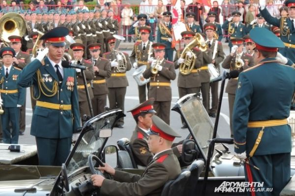Командующий парадом докладывает, что военнослужащие построены.