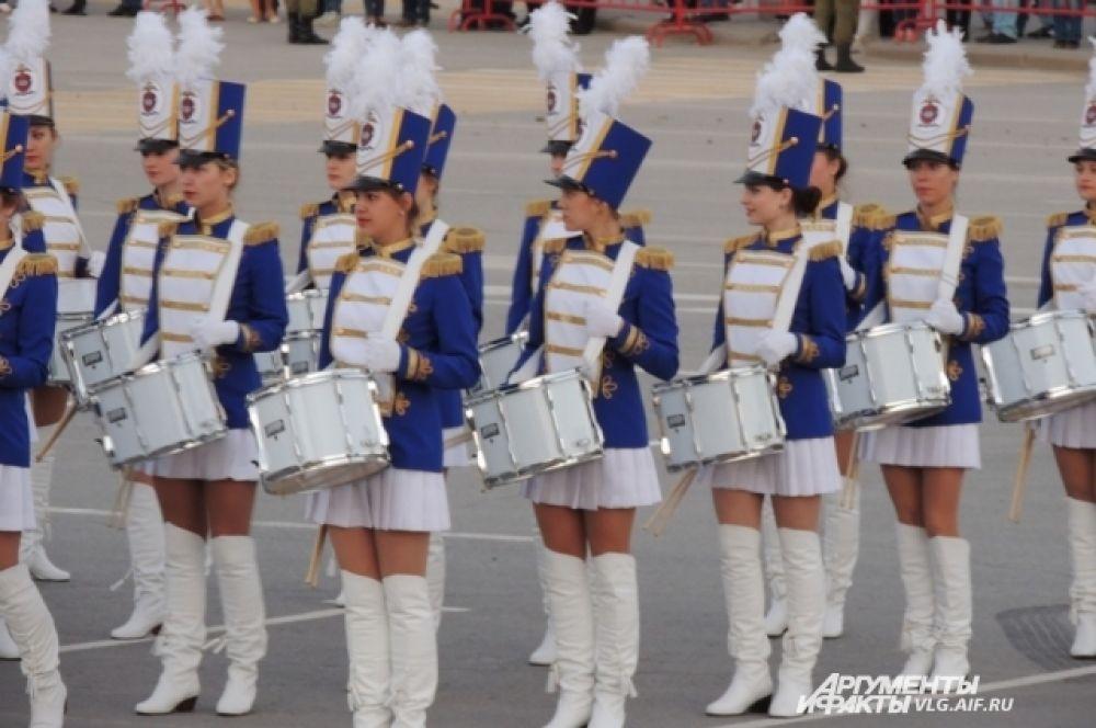 Завершилась репетиция парада выступлением юных барабанщиц.