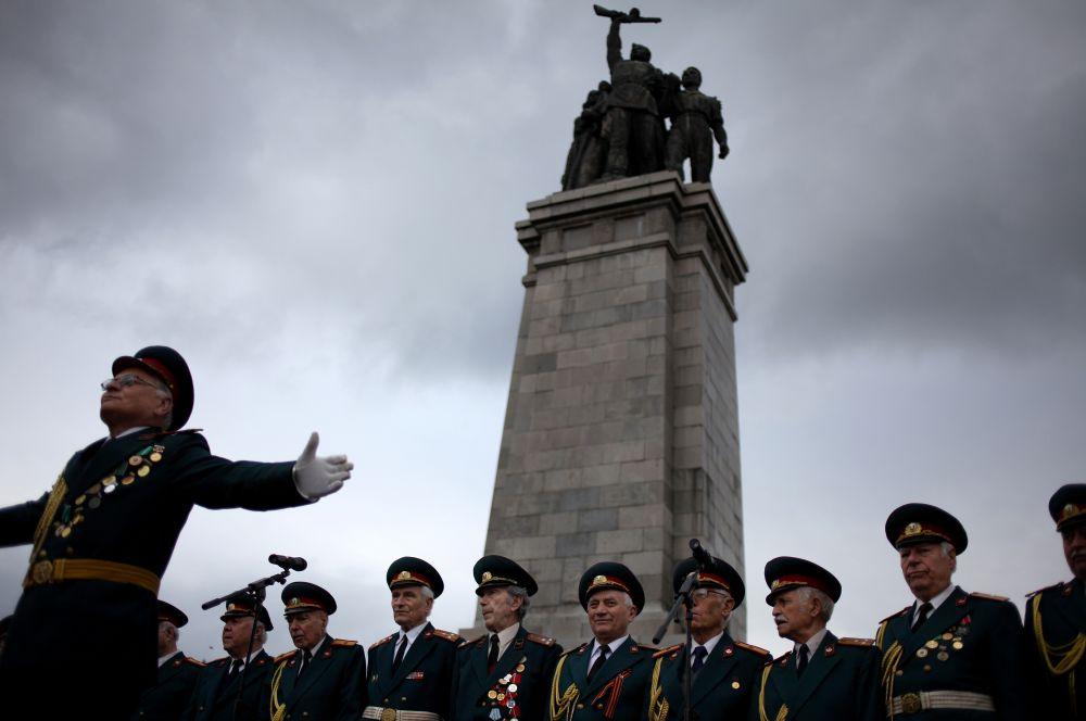 В странах Восточной Европы проходит множество церемоний с участием ветеранов войны. Например, в Болгарии в День Победы очень популярны выступления ветеранских хоров. На фото: выступление хора ветеранов в Софии.