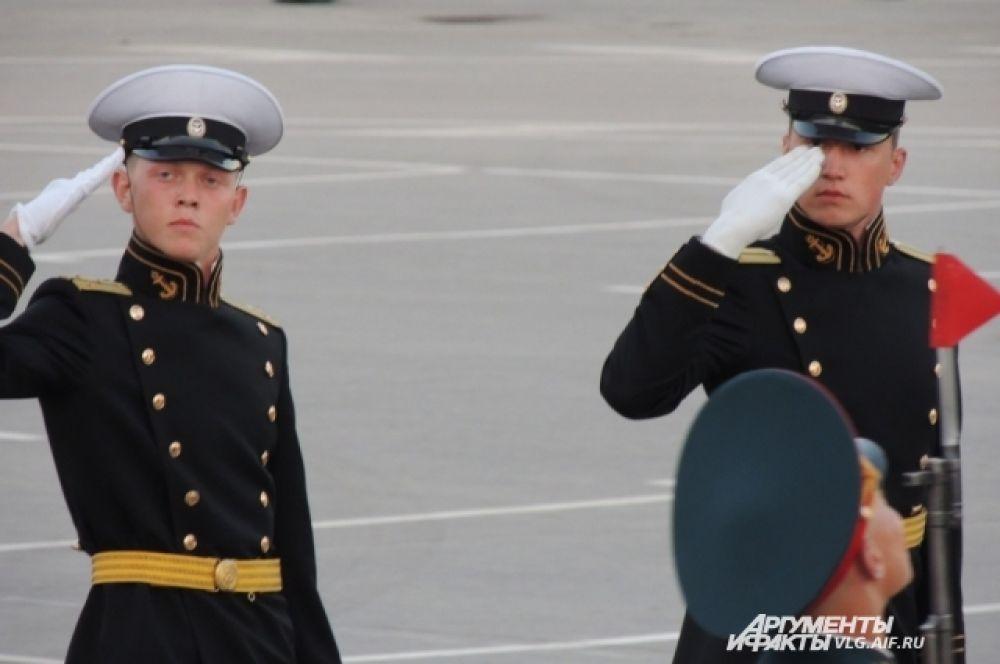 Офицеры в исторической форме одежды военно-морского флота времен Великой отечественной войны.