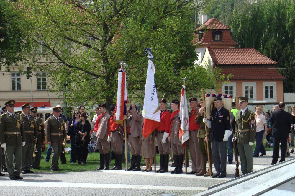 Днём Освобождения этот праздник называют и в Чехии. В разных городах страны проходят торжественные мероприятия в честь жертв войны. На фото: церемония с участием военных в Праге.