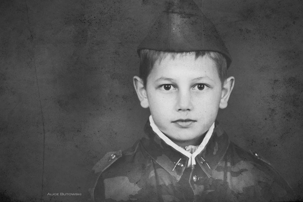 В самом начале войны великий город Ленинград был окружён врагами. Страшное слово «блокада» узнали даже дети. В 1941году в Ленинграде проживало около четырёхсот тысяч детей разного возраста. Взрослые защищали своих детей.