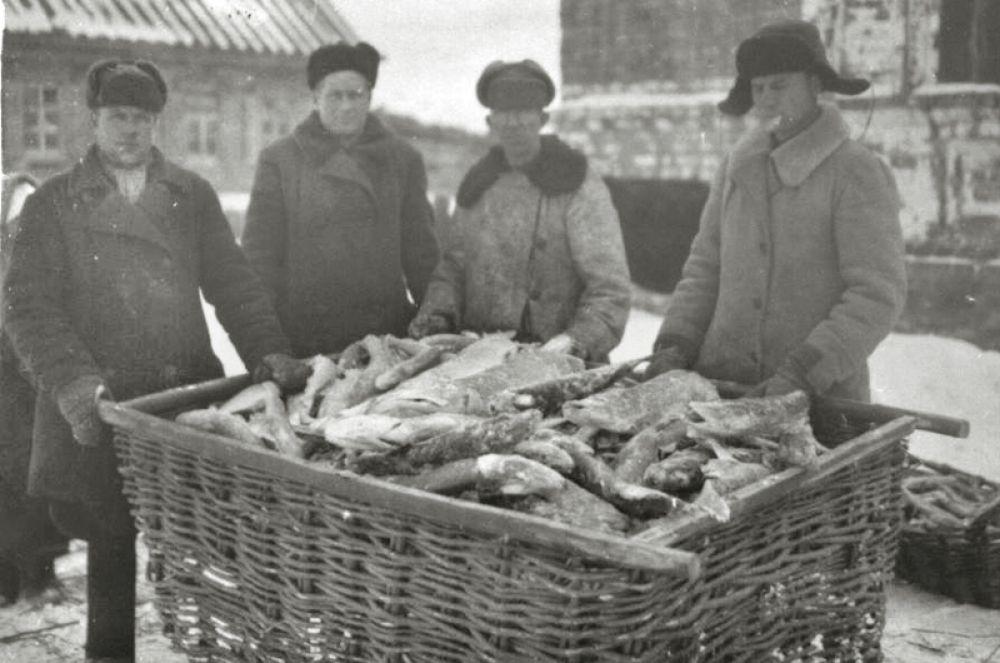Рыбаки с уловом у правления колхоза имени Ленина.
