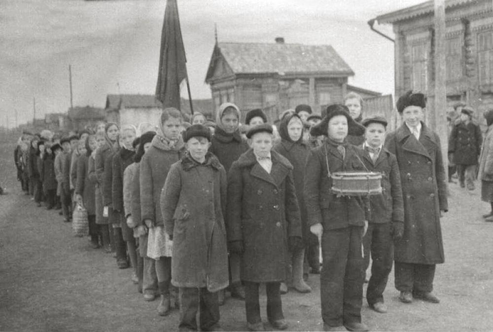 Школьники перед демонстрацией 7 ноября.