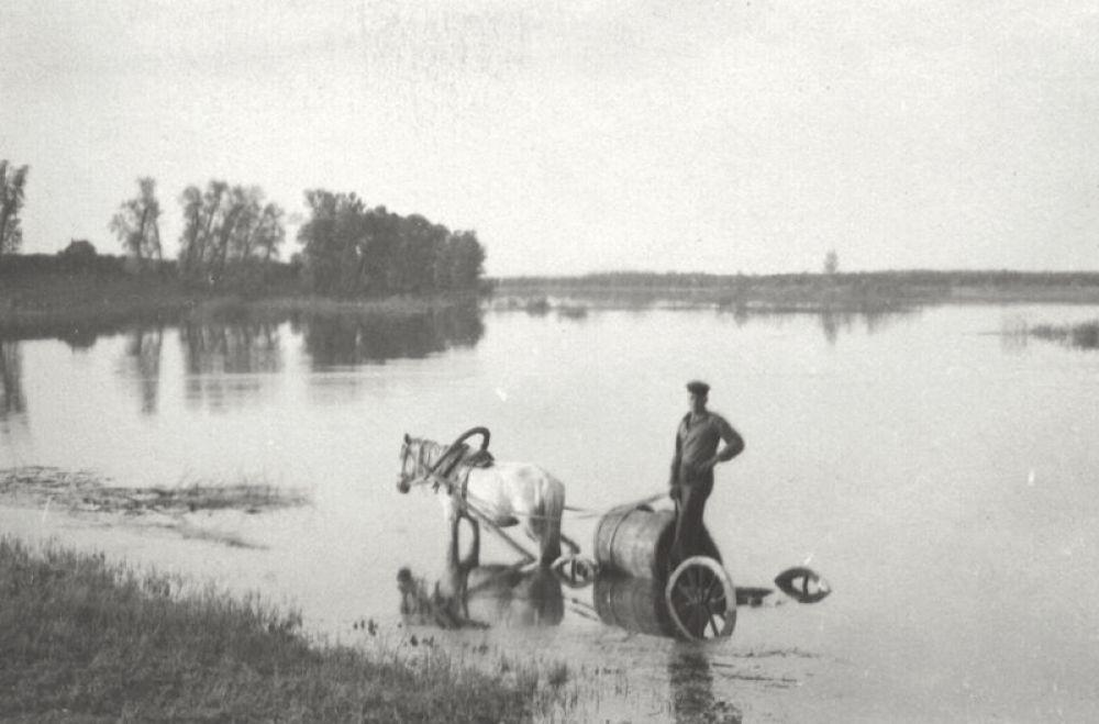 Весна. Разливается на 20 км Волга подходит к самому селу.