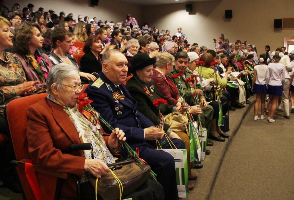 Красные гвоздики и Георгиевские ленточки – символы печали и Победы.