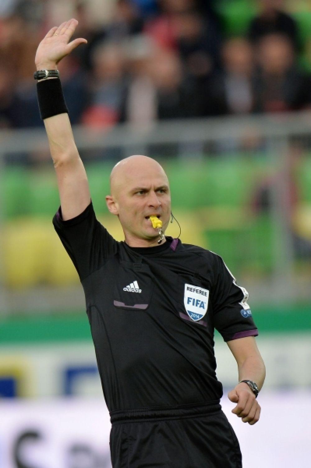 Судил поединок рефери Сергей Карасёв. В общей сложности он раздал восемь жёлтых карточек и удалил с поля двух игроков.