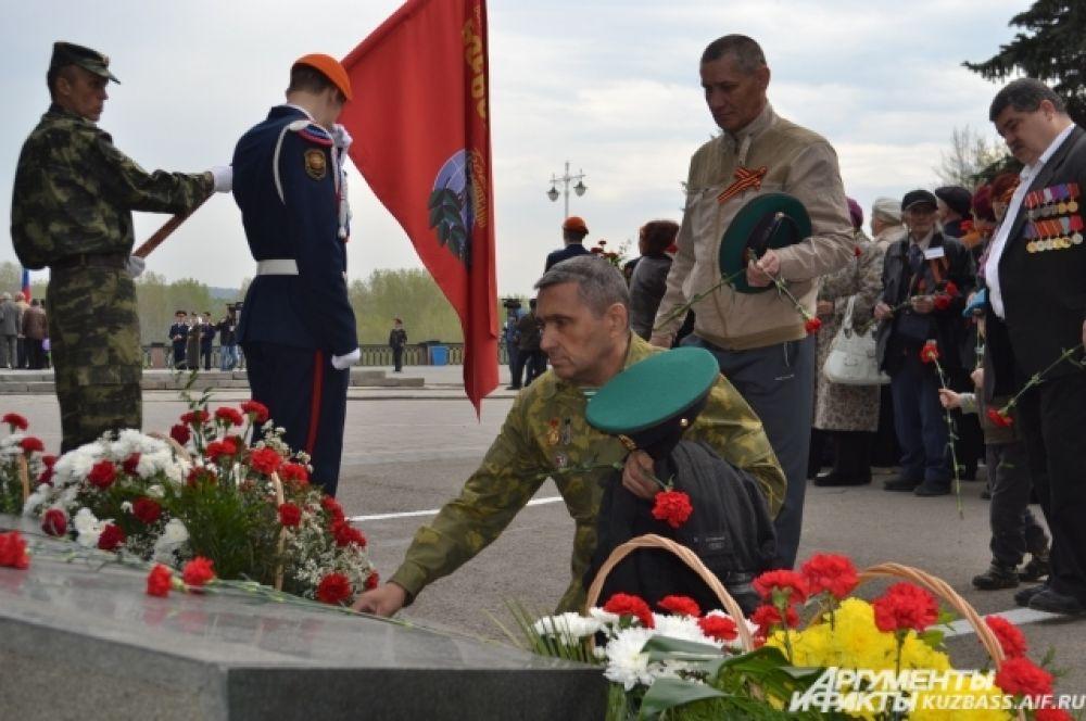 Кузбассовцы, прошедшие горячие точки, преклонили колени и возложили цветы к монументу памяти воинов-интернационалистов.
