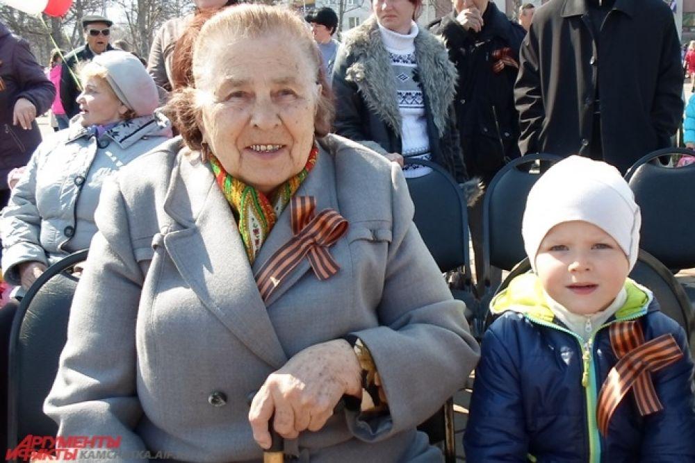 Бабушка с внучкой.