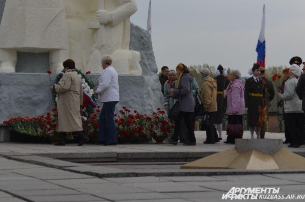 Сотни кузбассовцев пришли к монументу воинам, павшим в годы ВОВ, чтобы поклониться их памяти.