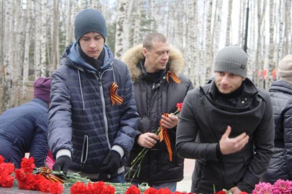 Около 110 организаций колоннами возложили цветы к мемориалу.