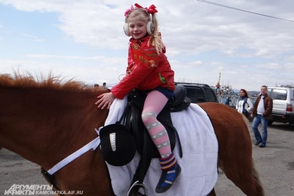 На коне.