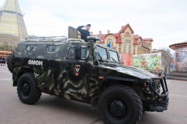 Торжественный марш Победы был открыт троекратным артиллерийским залпом, затем по центральной площади окружной столицы проехала специальная техника отряда мобильного особого назначения.