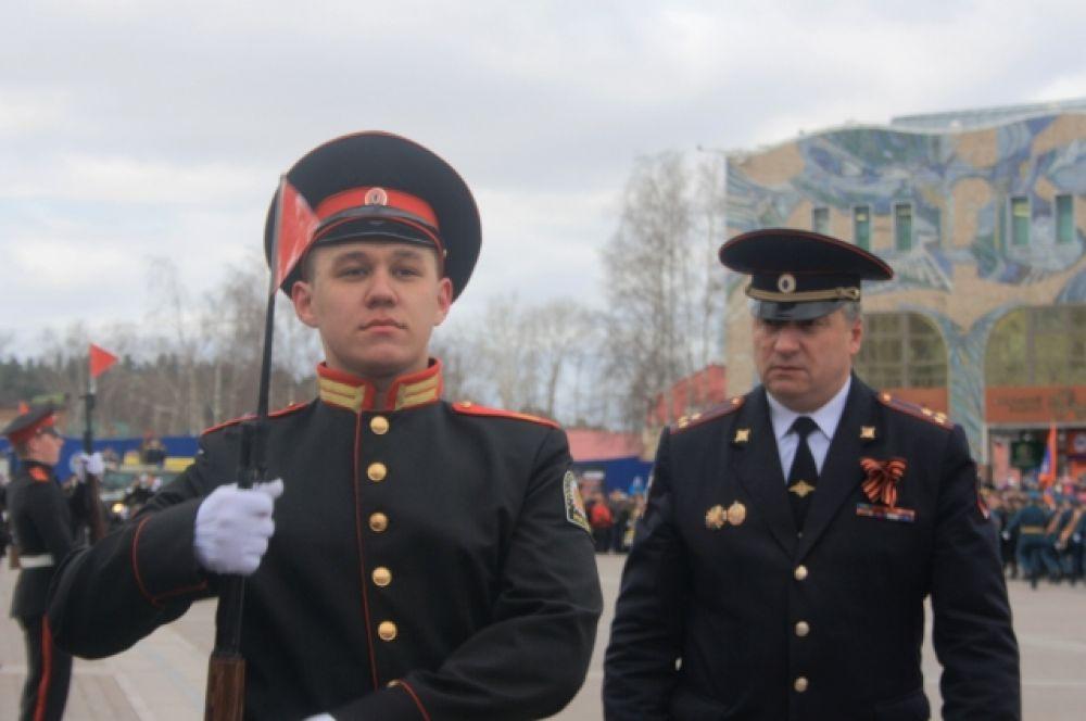 Традиционный парад Победы стартовал около 10:30. Руководил парадом военный комиссар Югры полковника Юрий Буров.