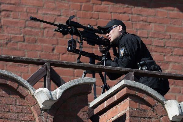 Снайпер Федеральной Службы Охраны во время парада.