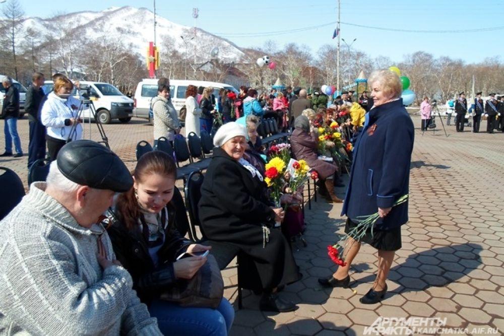 Глава Вилючинска Галина Гришило поздравляет ветеранов.