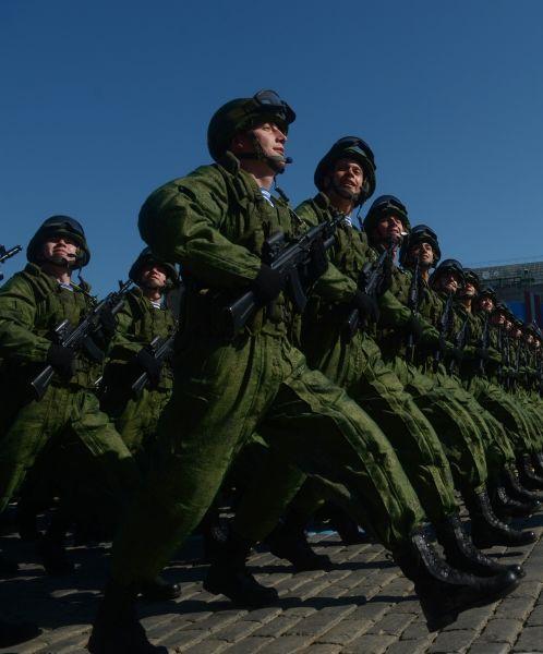 Также впервые на брусчатку во время Парада Победы вышли бойцы спецназа.