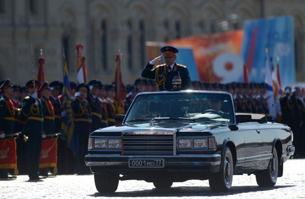Министр обороны России Сергей Шойгу принимает парад.