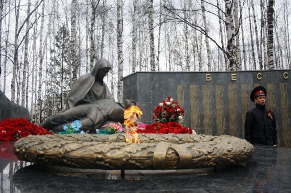 После парада и поздравлений чиновников и руководителей города, все жители и гости смогли пройти к Вечному огню для возложения цветов и венков.